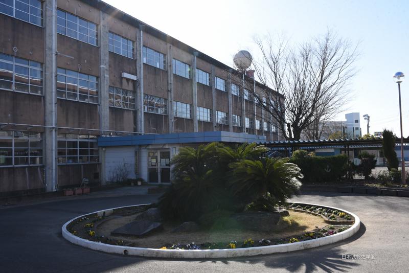 江尻城本丸跡に立つ江尻小学校