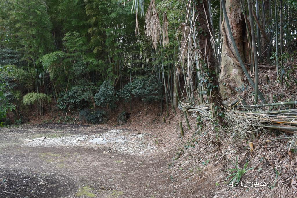 藤沢城極楽寺付近のクランク状の土塁